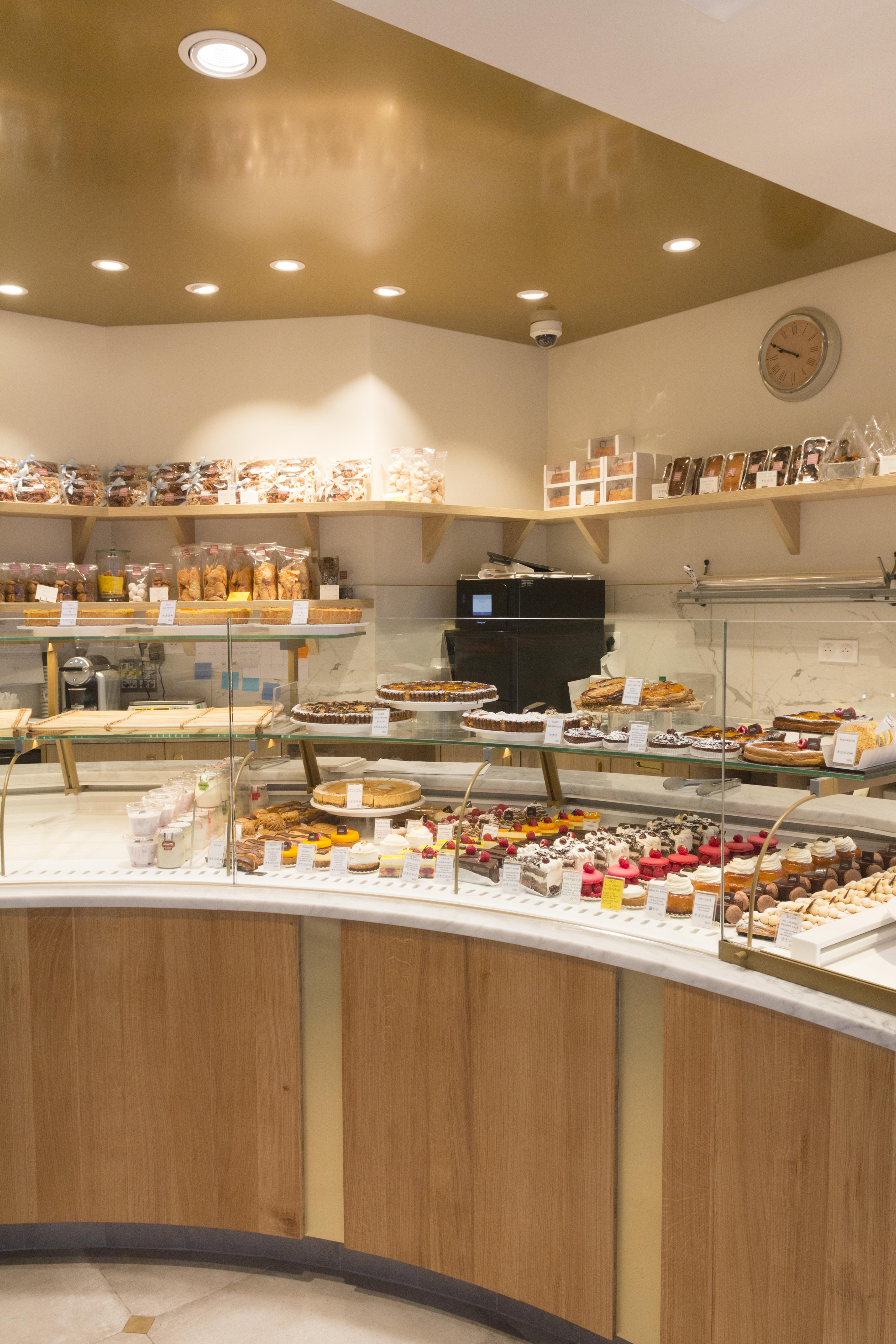 Maison Guerard, boulangerie pâtisserie vitrine sous bassement bis et or plafond doré mur blanc conçu par pep's creation