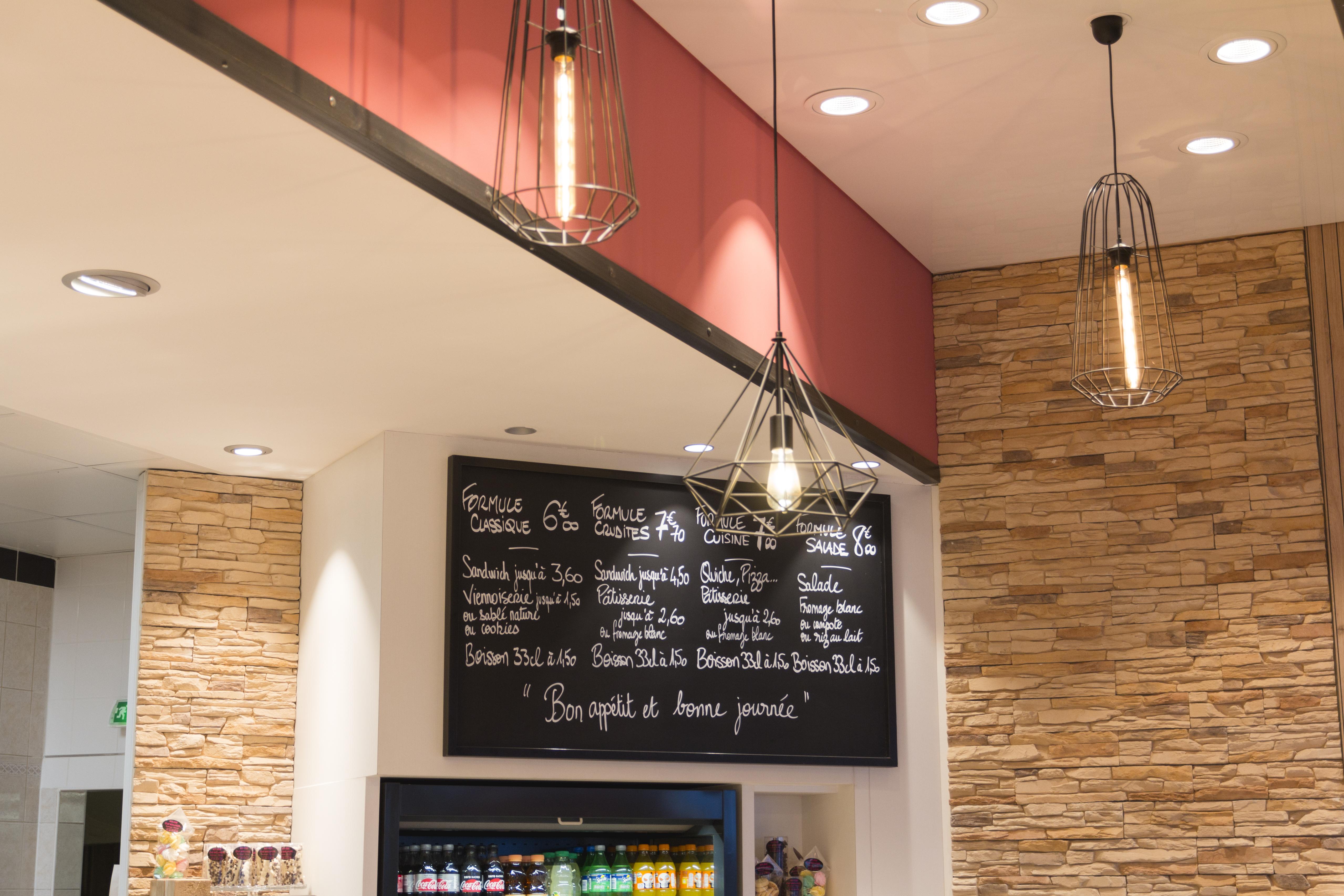 """Mon père était boulanger """"by Stephane Henry"""" est une boulangerie de quartier mur en pierre ardoise lustre filaire avec ampoule filament conçu par Pep's création"""