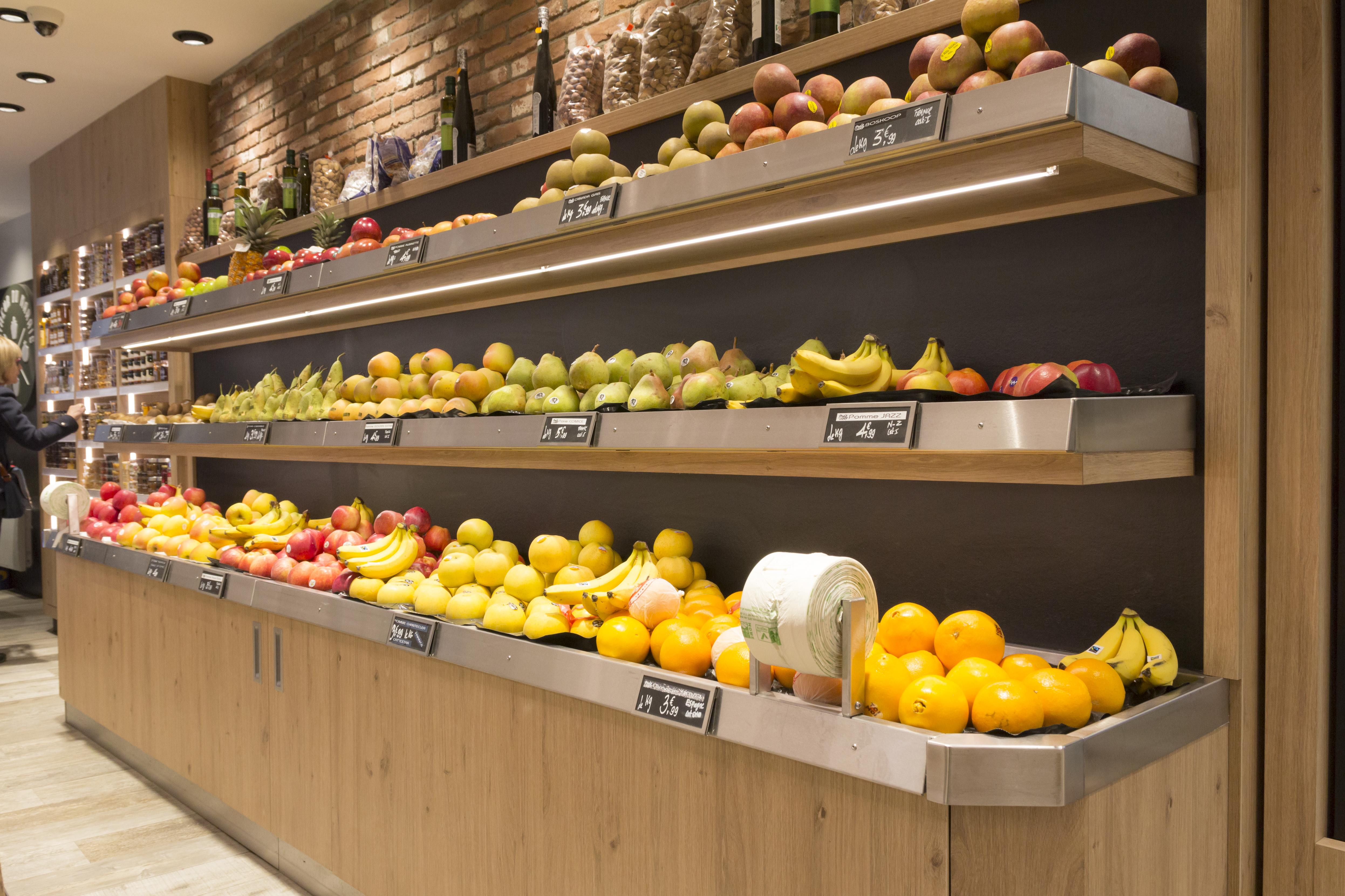 Le primeur du Marais meuble sur mesure en bois et inox pour les fruits et légumes éclairage LED intense sol en parquet mur brique aménagement conçu par Pep's création