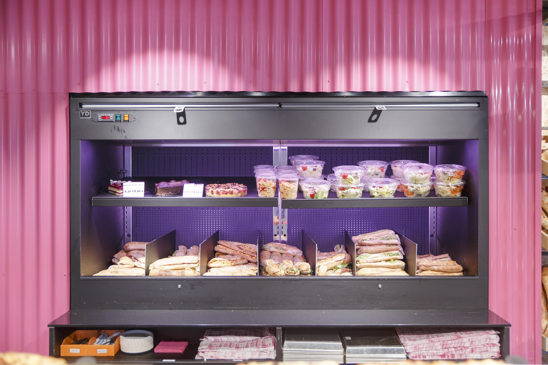 vitrine ouverte boulangerie rose
