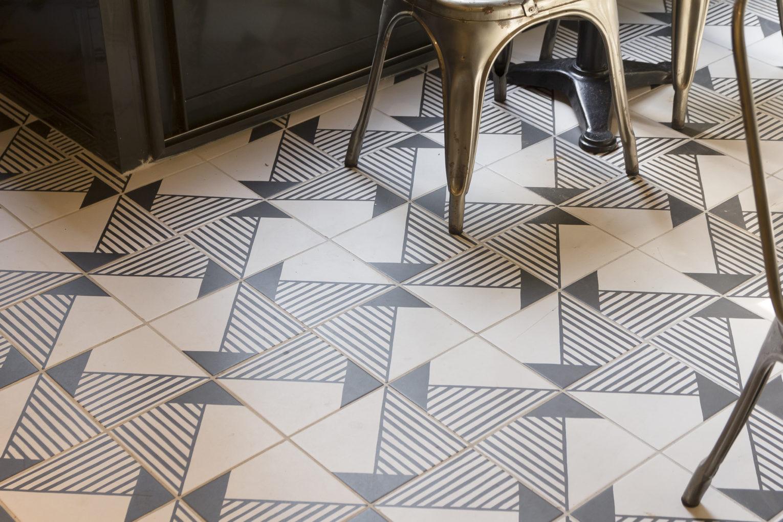 épicerie sur cour, détail du sol carrelage imprimé pieds chaise tolix conçus par pep's création