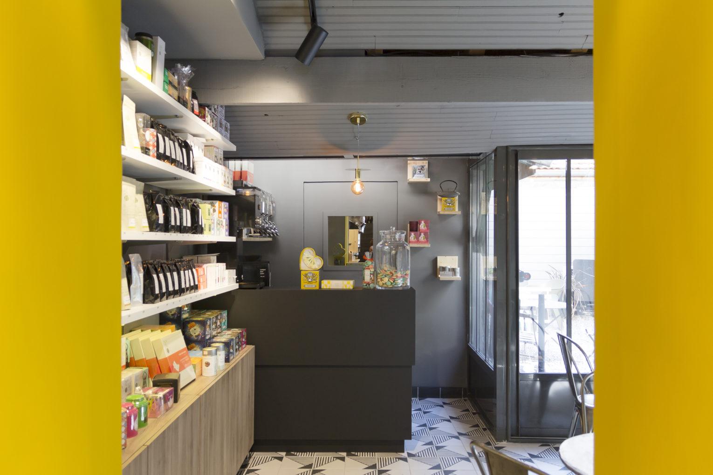 épicerie sur cour, vue sur le bar à thé étagère et baie vitrée conçu par pep's création