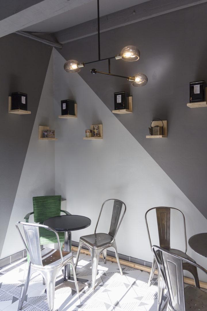 épicerie sur cour, espace dégustation mobilier tolix, étagère bois, lustre vintage, conçu par pep's création