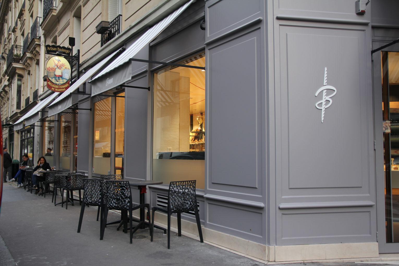 boulangerie Bonon à Paris 16, façade boiserie grise store rayé par Pep's création