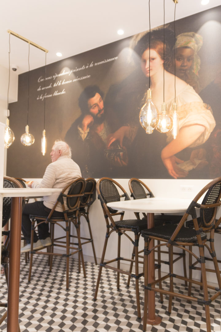 Boulangerie Pâtisserie La renaissance espace salon de thé tabouret haut carrelage motif géométrique conçu par Pep's création