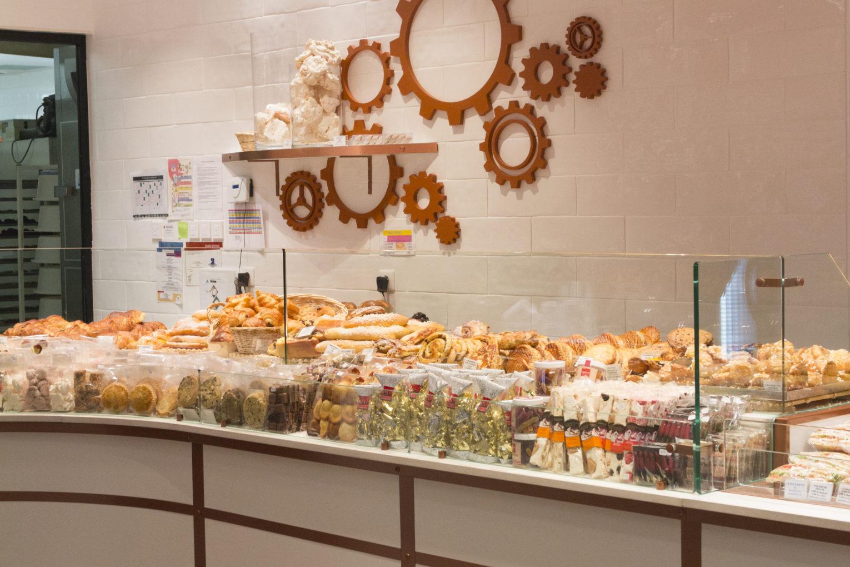 Boulangerie Pâtisserie La renaissance vitrine exposition de produits engrenage sur le mur conçu par Pep's création