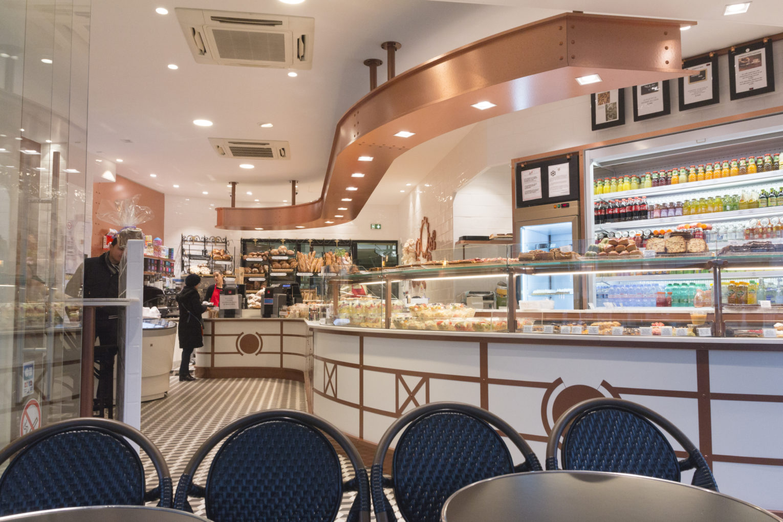 Boulangerie Pâtisserie La renaissance vue de la terrasse vitrine arrondie conçu par Pep's création