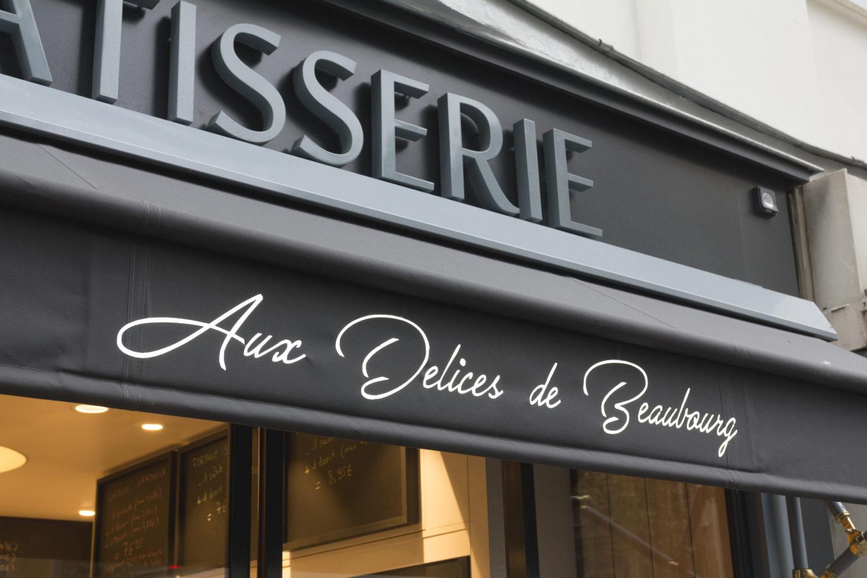 Boulangerie Délice Beaubourg détail lambrequin avec inscriptions façade grise avec store banne chic doré agencement de la boutique par Pep's création