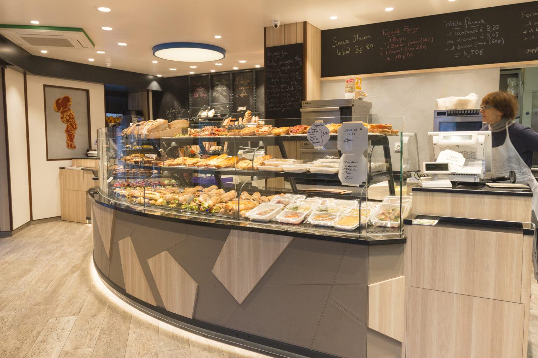 Boulangerie Délice Beaubourg vitrine arrondie sous bassement graphique géométrique sol parquet agencement de la boutique par Pep's création