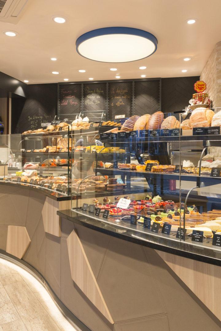 Boulangerie Délice Beaubourg vitrine arrondie sous bassement graphique géométrique sol parquet luminaire circulaire led agencement de la boutique par Pep's création