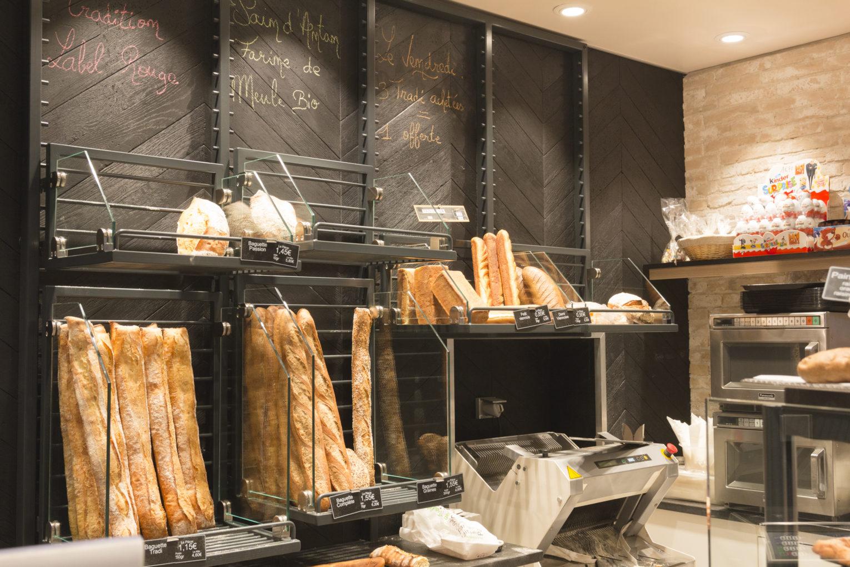 Boulangerie Délice Beaubourg détail grille à pain modulable en acier et verre sur mur en parquet bois sombre agencement de la boutique par Pep's création