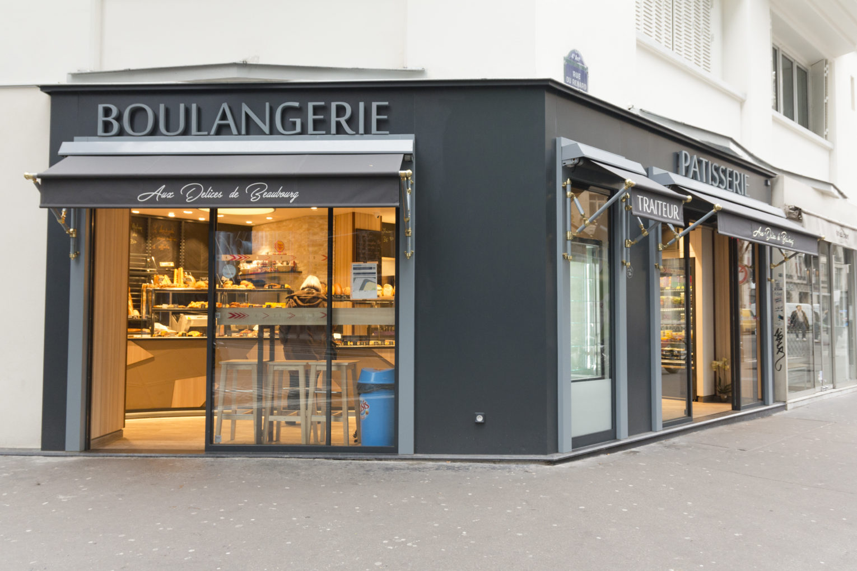 Boulangerie Délice Beaubourg façade d'angle grise avec store banne chic doré agencement de la boutique par Pep's création