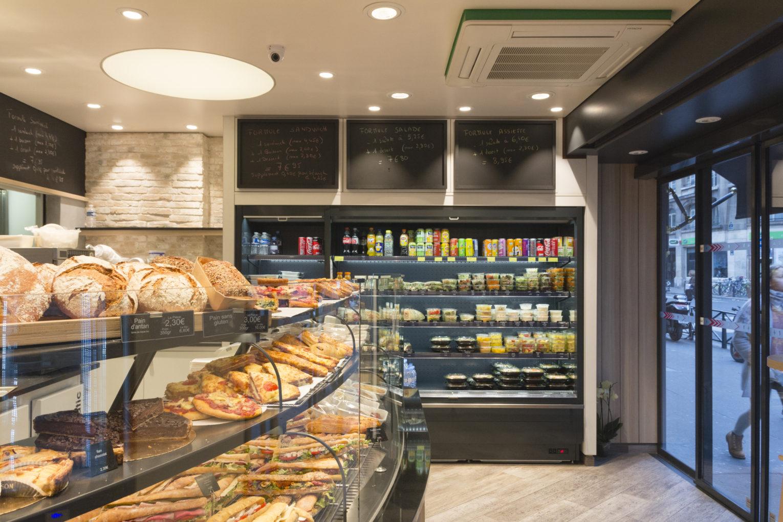 Boulangerie Délice Beaubourg vitrine réfrigérée murale en libre service + vitrine arrondie sous bassement graphique géométrique sol parquet agencement de la boutique par Pep's création