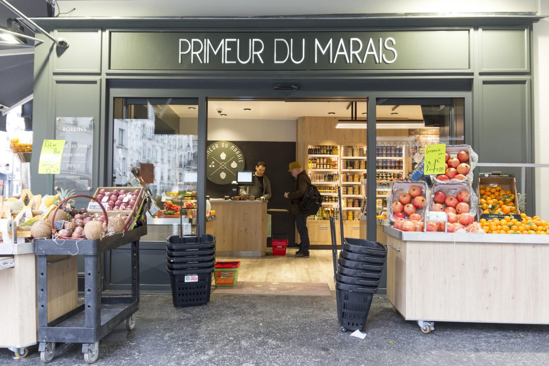 Le primeur du Marais façade grise aluminium avec store banne gris meuble extérieur mobile sur mesure en bois et inox pour les fruits et légumes aménagement conçu par Pep's création