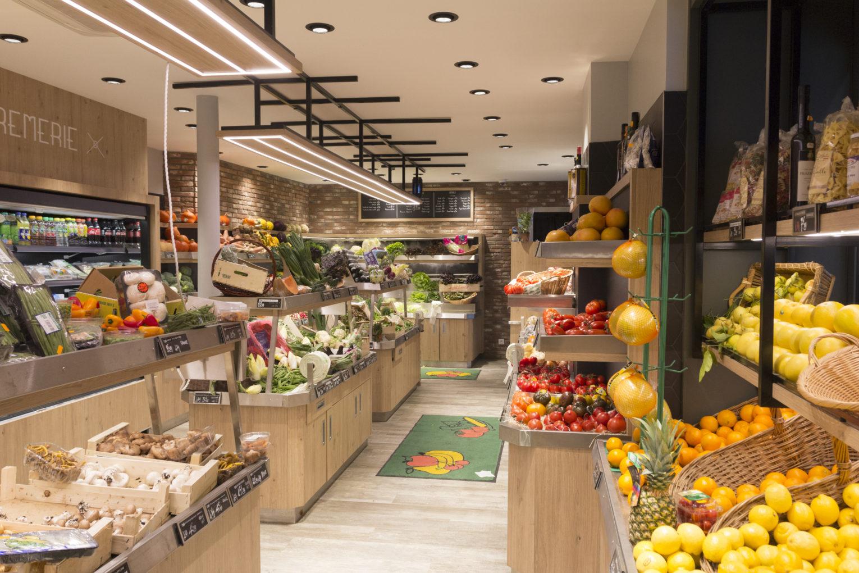Le primeur du Marais meuble sur mesure en bois et inox pour les fruits et légumes éclairage LED intense sol en parquet support plafond acier aménagement conçu par Pep's création