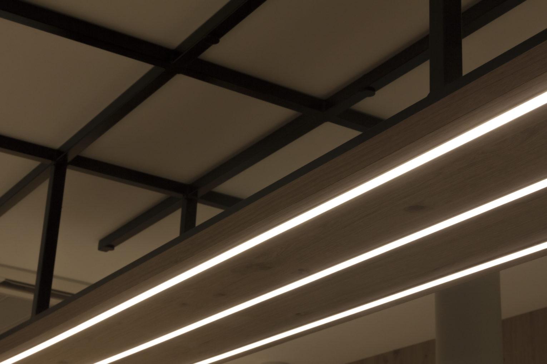 Le primeur du Marais fruits et légumes détail éclairage LED intense et support plafond graphique en acier conçu par Pep's création